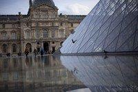 Detalle de la pirámide del Louvre - París, Francia