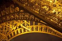 Detalle de la estructura de la torre Eiffel - París, Francia