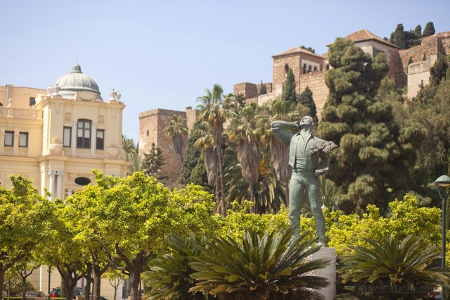 The biznaguero statue