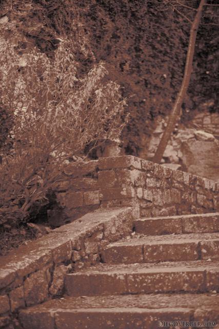 Escaleras del paseo arqueológico en infrarrojo - Girona, España