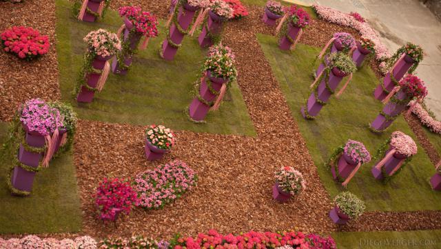 Vista panorámica del trabajo floral de pilares en la plaza dels Jurats - Girona, España