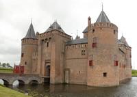 Fachada principal del castillo Muiderslot - Muiden, Países Bajos