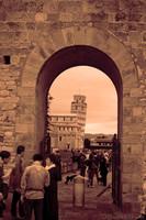 La Torre di Pisa vista attraverso una porta secondaria delle mura accanto a Porta Nuova - Pisa, Italia