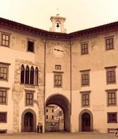 Facciata del Palazzo dell'Orologio nella Piazza dei Cavalieri - Pisa, Italia