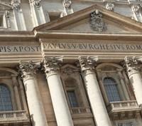 Balcon papal et blason dans le fronton triangulaire - Cité du Vatican, Saint-Siège