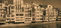 Facciata degli edifici lungo la sponda orientale dell'Onyar - Girona, Spagna