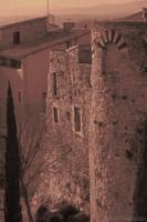 Torre rotonda nelle mura di Girona ad infrarossi - Girona, Spagna