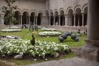 Arreglo floral con flores suspendidas en el patio de la Catedral de Girona - Girona, España
